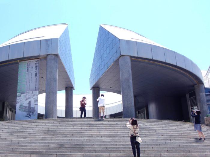 広島現代美術館と写真撮影を楽しむ人